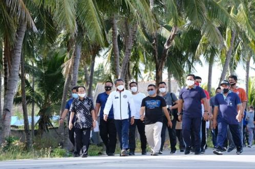 Gubernur Sulsel Jogging Sambil Bagi Masker
